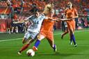 Kika van Es zit een Engelse tegenstander de voet dwars in de halve finale van het EK in 2017 in De Grolsch Veste.