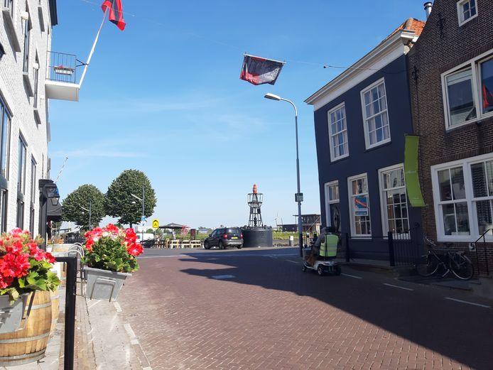 Het pand met de donkere gevel op de hoek van de Hoofdpoortstraat in Zierikzee wordt omgebouwd tot hotel.