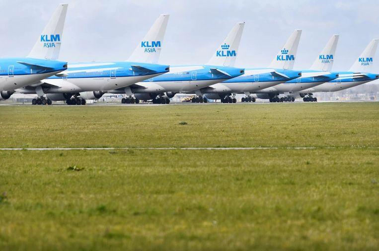 KLM-vliegtuigen staan geparkeerd op Schiphol. Beeld REUTERS