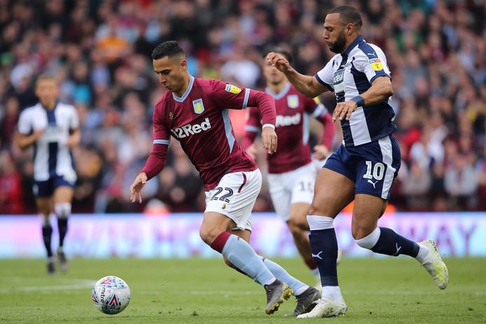 Anwar El Ghazi (l) met Aston Villa in actie tegen West Bromwich Albion in de halve finale van de play-offs.