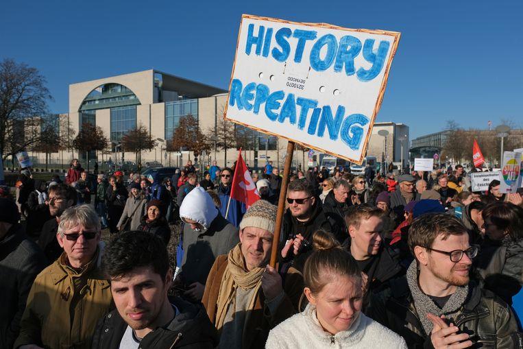 Betogers verzamelen zich zaterdag buiten het Kanzleramt om zich uit te spreken tegen de de benoeming van de Duitse deelstaatpremier Kemmerich in Thüringen. Op het kantoor van bondskanselier Merkel vond crisisberaad plaats tussen de coalitiepartners over de steun die Kemmerich daarbij kreeg van het uiterst rechtse AfD. Beeld Getty Images