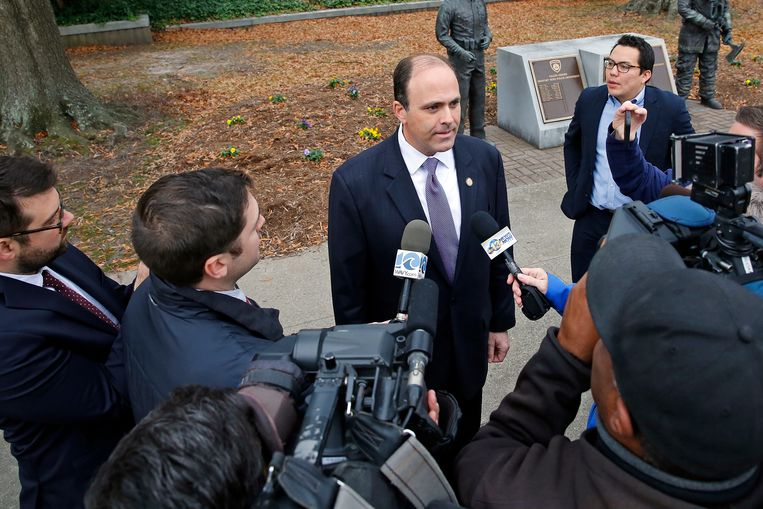 David Yancey praat met enkele journalisten.