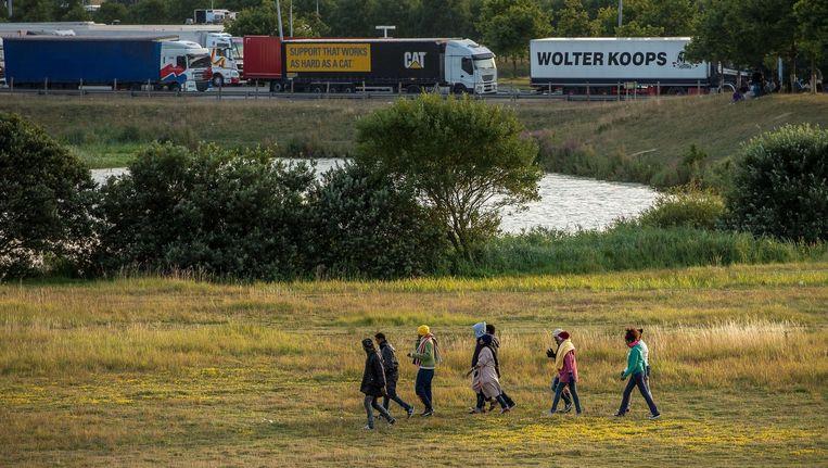 Migranten bij Calais proberen de Eurotunnel te bereiken. Beeld afp