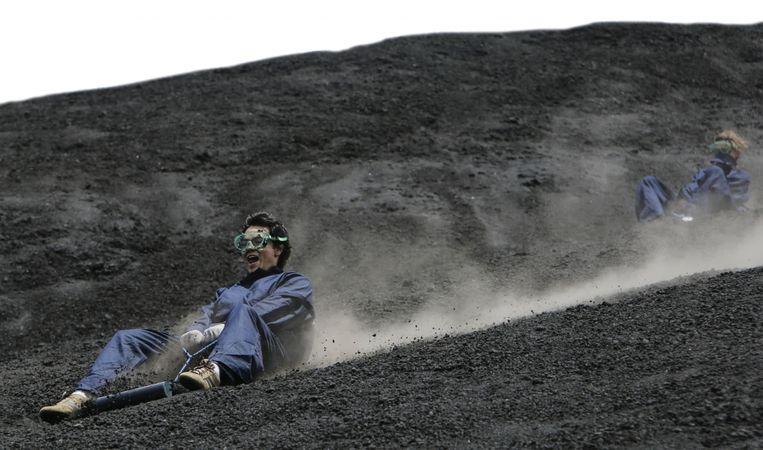 Leuk voorspel voor de durfal: vulkaanboarden. Ofwel: sleeën op zwarte, hete sneeuw, op de flanken van de Cerro Negro in Nicaragua. Beeld