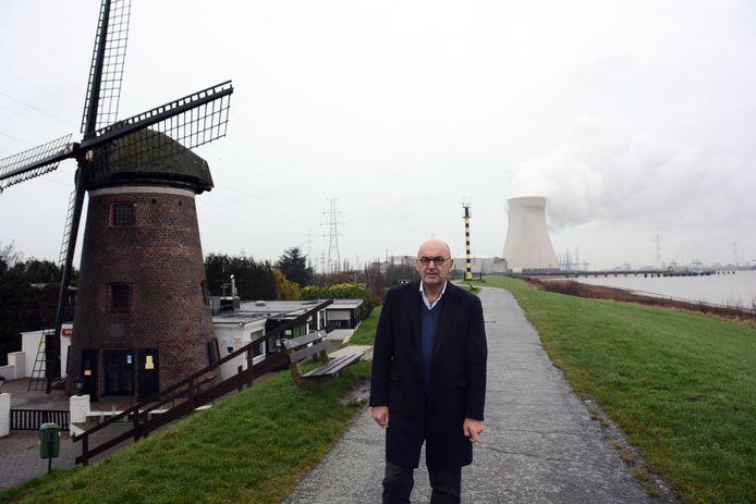 Schepen Boudewijn Vlegels bij de bekende molen van Doel. Het monument moet opgeknapt worden en tegelijk wil de gemeente de hele omgeving aanpakken.