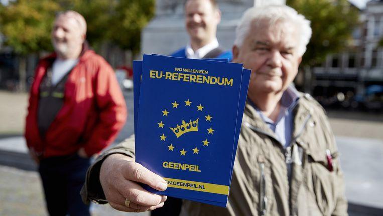 Flyers van Geen Peil, het referendum over het associatieverdrag tussen Oekraïne en de Europese Unie. Beeld anp