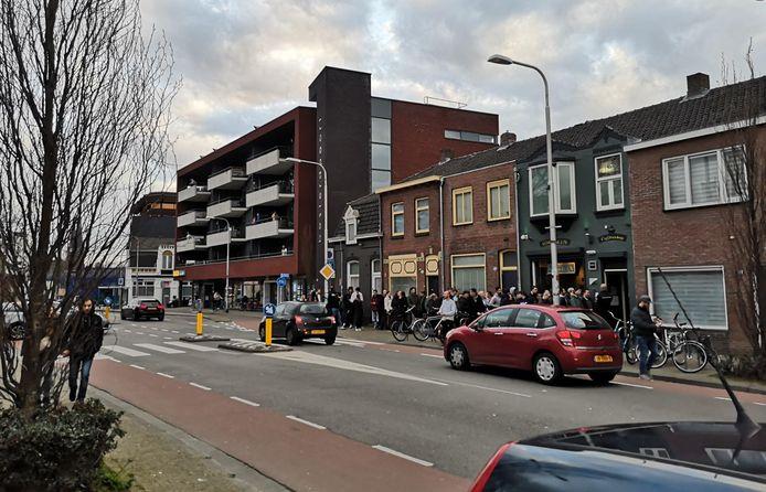 Rij voor coffeeshop Toermalijn in Tilburg.
