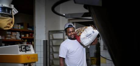 Merhawi uit Eritrea werkt in de bakkerij in Someren-Eind: 'Ik vind worstenbroodjes en kruimelvlaai het lekkerst'