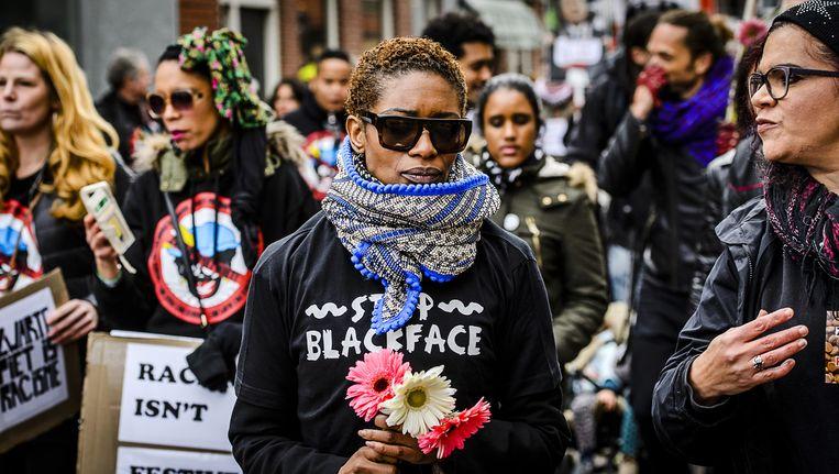 Sylvana Simons protesteert tegen Zwarte Piet tijdens de intocht van Sinterklaas in Meppel. Beeld anp
