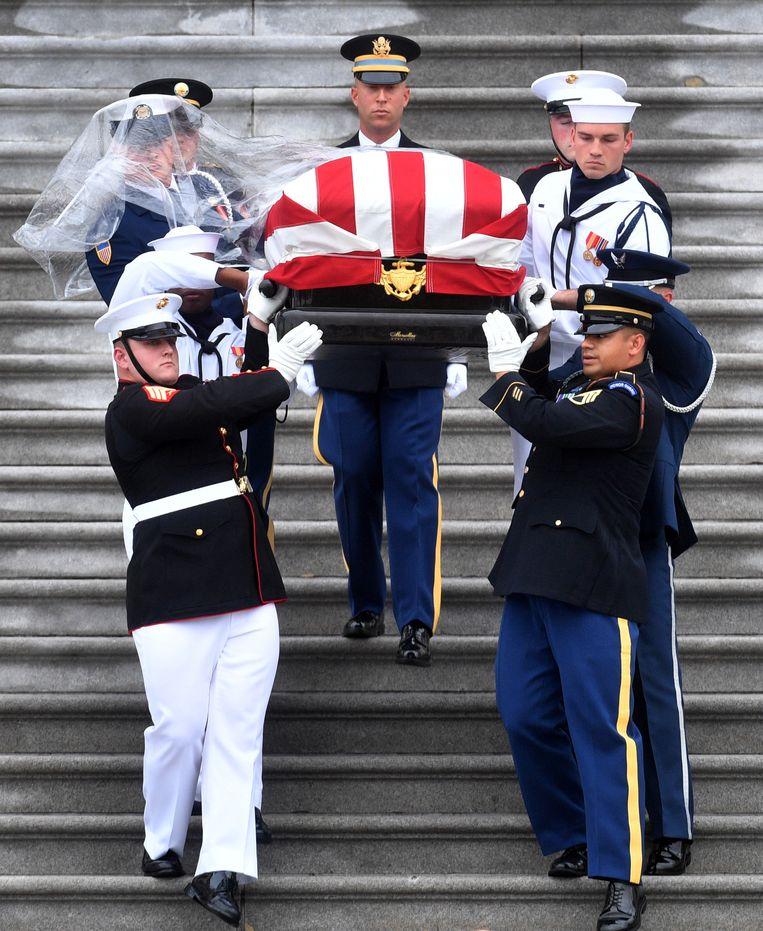 Dochter McCain Haalt Uit Naar Trump Op Begrafenis