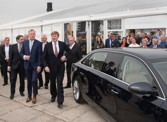 Koning Willem Alexander laat de wagen even staan en wandelt naar de uitgang van het CNC-terrein in Milsbeek.