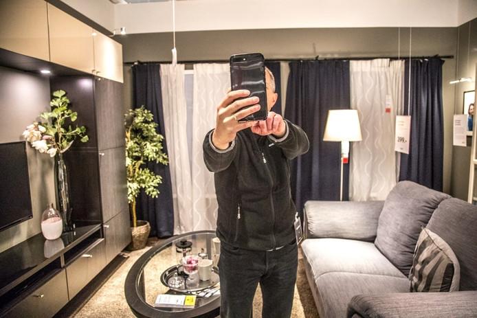 Selfie in een showroom van Ikea. Foto: Frans Paalman