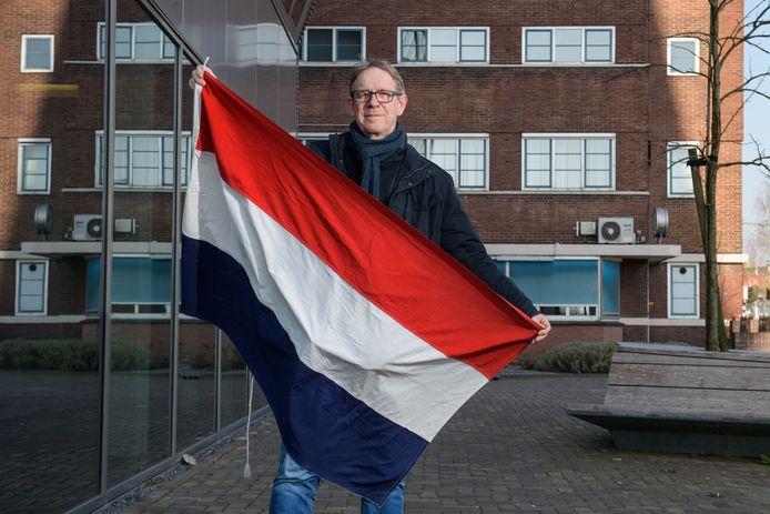Gerard Löbker met de originele bevrijdingsvlag, 75 jaar oud.