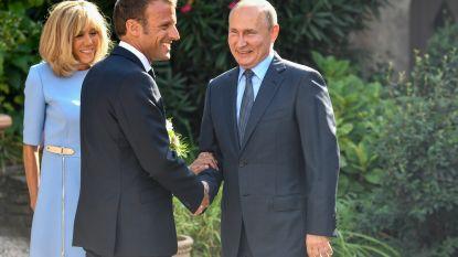 Macron en Poetin delen prikjes uit