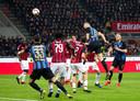 Stefan de Vrij kijkt hoe hij de 0-2 binnen kopt voor Internazionale.