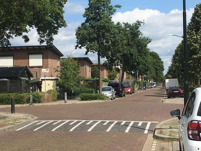 Zondagochtend. Het is rustig op het kruispunt Oude Beekbergerweg met de Rijnstraat. Niets doet herinneren aan het ernstige steekincident hier in de nacht van vrijdag op zaterdag.