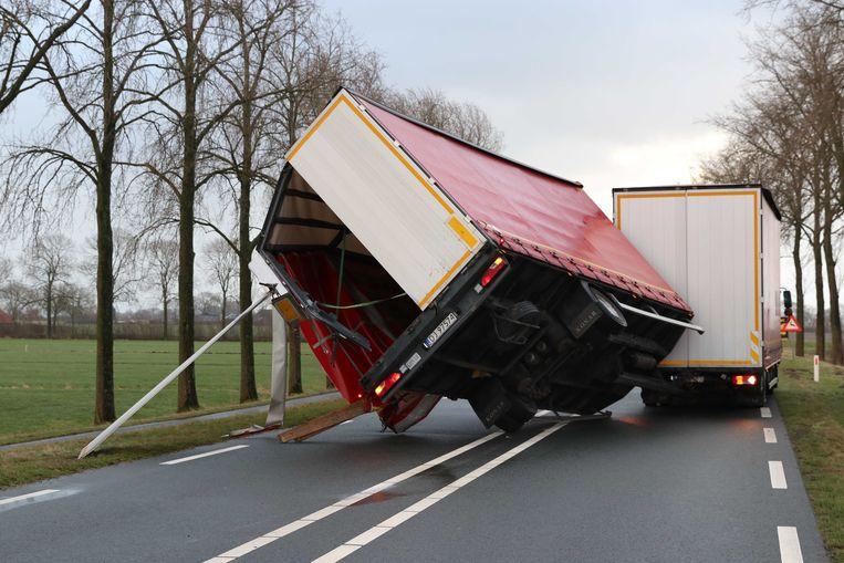 Een vrachtwagen is door de harde wind van dwesterstorm gekanteld op de Frieseweg. De vrachtwagen kwam gedeeltelijk op een passerende auto terecht.