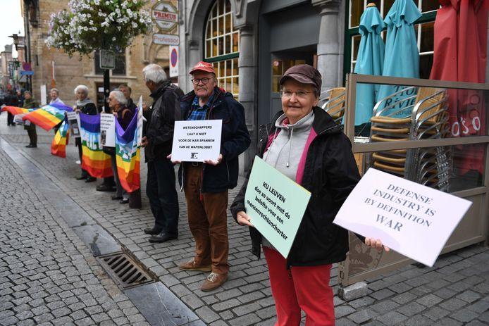 Mensenrechten kregen ook aandacht tijdens de traditionele stoet van de professoren door de Leuvense straten.