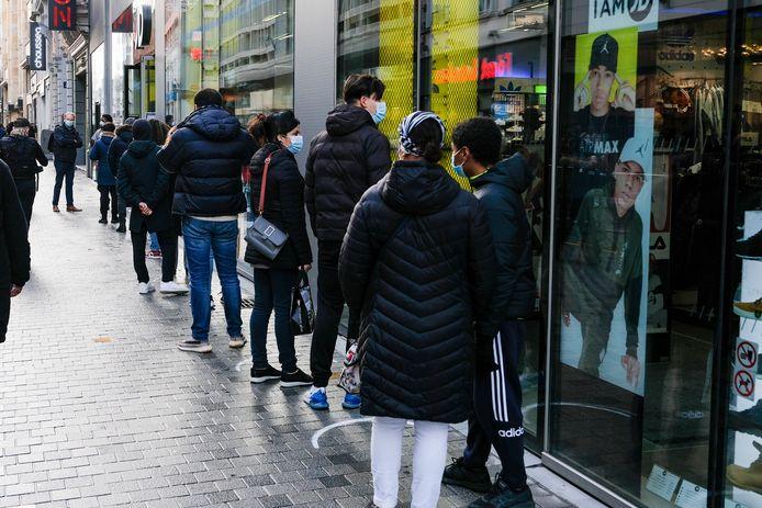 De winkels in de Nieuwstraat zijn voor het eerst weer open.