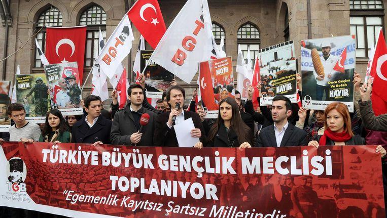 Aanhangers van het nee-kamp tijdens een bijeenkomst in Ankara. Beeld AFP