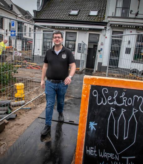 Hoe brutaal kun je zijn: voorbijgangers banjeren dóór Het Wapen van Tilburg vanwege wegwerkzaamheden