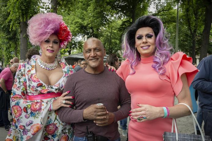 Ben Manuputty met de drag queens Kristel Jongman en Rose Garden, die geweigerd werden in Haagse taxi's