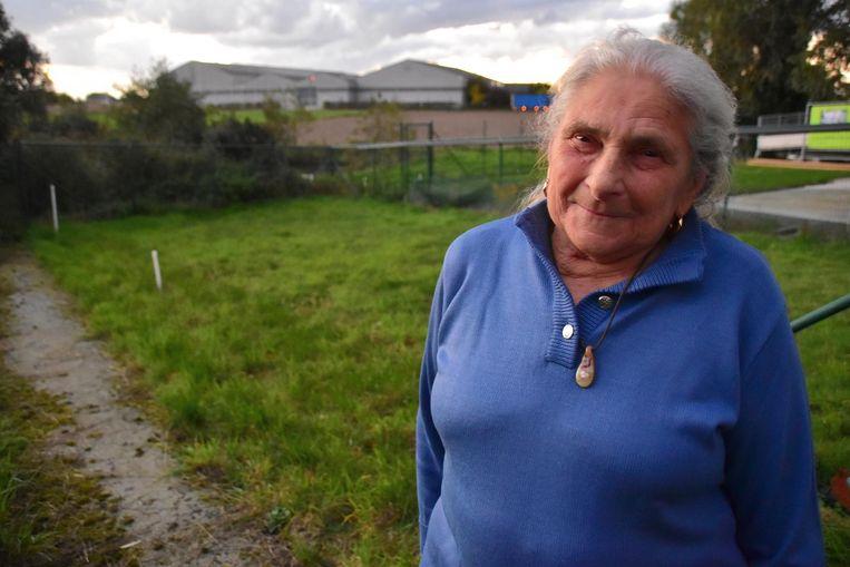 Erna Algoedt (80) bij haar afhellende tuin, waarvan de grond ongeveer drie meter diep vervuild is door mazout uit haar tank. Tegen december 2018 moet de grond gesaneerd worden.