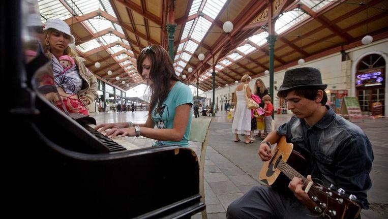 Muzikanten op een treinstation in Praag. Beeld getty