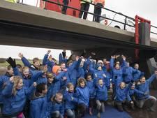 Minister Schultz van Haegen 'opent' hoogwatergeul Veessen-Wapenveld