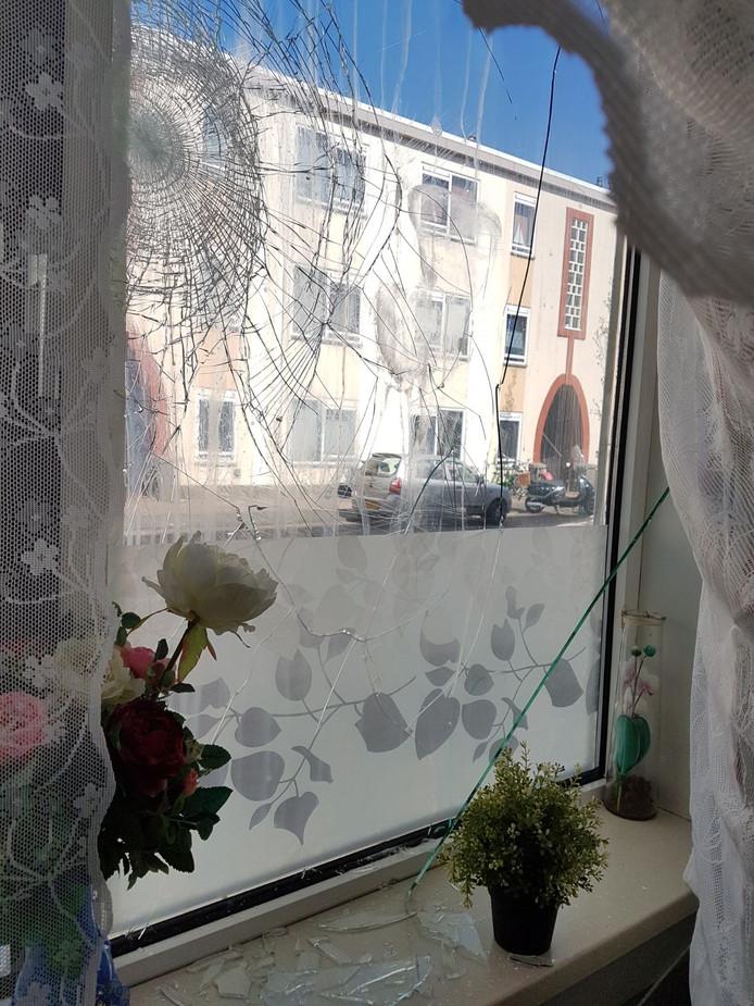 Een raam in de woning van de belaagde Duindorpse.