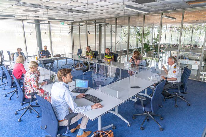 Het Outbreak Management Team van regio IJsselland in het 'laatste' overleg.