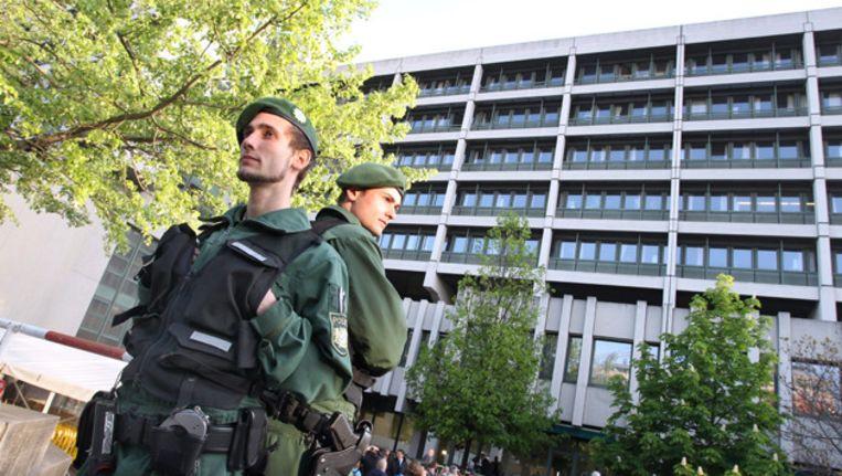 Zwaar bewapende agenten houden wacht buiten de rechtbank in München waar het proces tegen leden van NSU vandaag begint Beeld epa