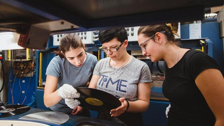 Manuela Votipka, Tamara Vrosevic en een collega controleren de kwaliteit van een plaat. Beeld null