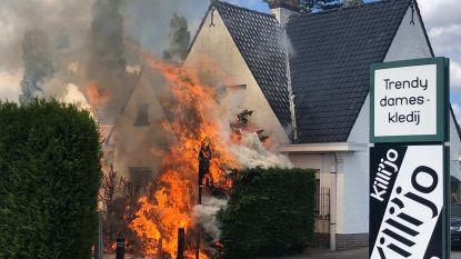 Wéér brand tijdens verdelgen van onkruid met gasbrander: ook woning raakt beschadigd