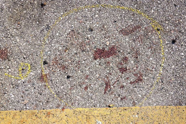 Een bloedvlek is gemerkt door de politie op de plek waar de schietpartij plaatsvond, waarbij twee mensen om het leven zijn gekomen.  Beeld Getty Images