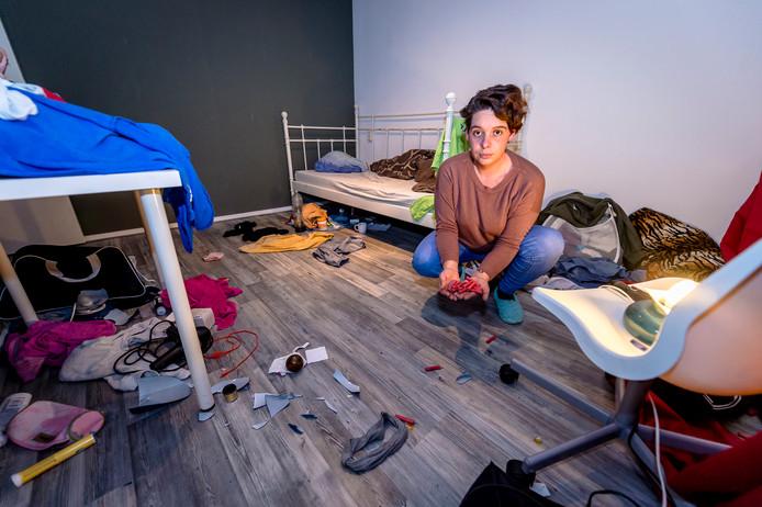 Samantha van der Burg in haar geruïneerde huis.