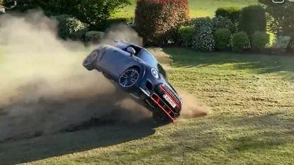 Waalse YouTuber crasht met nieuwe auto in zijn eigen achtertuin