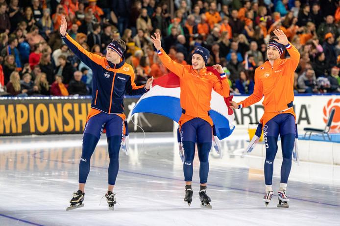 Sven Kramer, Marcel Bosker en Patrick Roest rijden een ereronde.