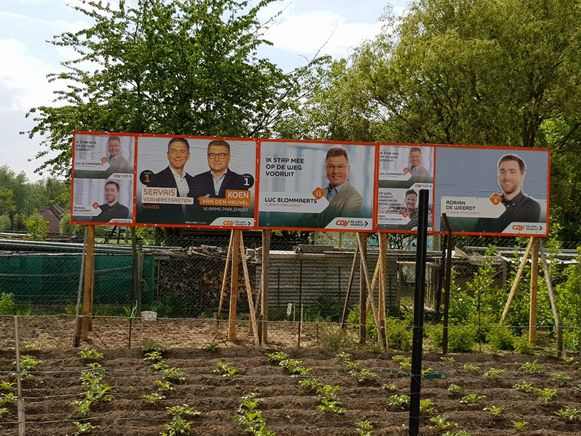 1. CD&V was eerst. Zij plaatsten hun aanplakborden in een tuin - toeval of niet - net naast die van N-VA-gemeenteraadslid Rudi Dias.