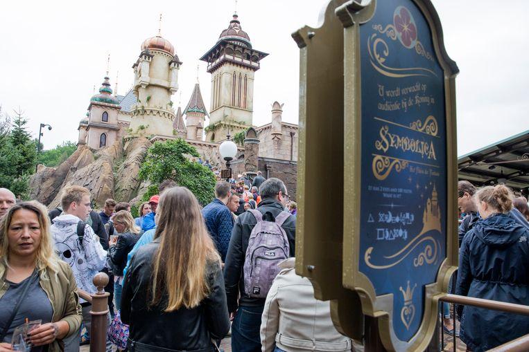 Archieffoto: de wachtrij voor Symbolica: Paleis der Fantasie, een van de populairste attracties van De Efteling.