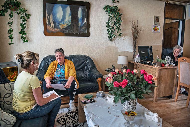 Bewindvoerder Simone van Rijn (links) in gesprek met Diana Mes. Rechts de moeder van Mes. Beeld Guus Dubbelman / de Volkskrant