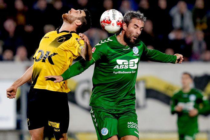De Graafschap-aanvoerder Ralf Seuntjens (rechts) vecht een duel uit met Javier Noblejas tijdens de vorige ontmoeting met NAC.