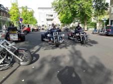 17 trikes nemen even bezit van Dorpsplein in Groesbeek