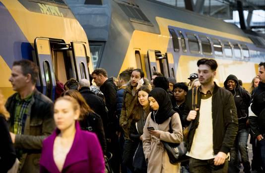 Forenzen stappen uit op Rotterdam Centraal.
