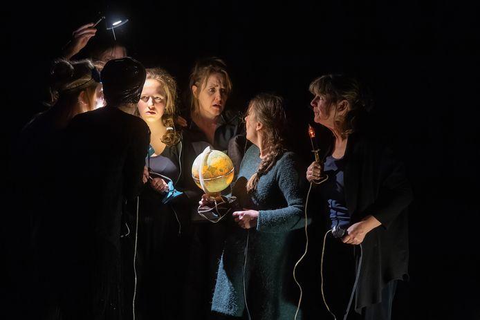 Voorstelling uit het  48H Theater Project: een binnen 48 uur gemaakte voorstelling door spelers van verschillende verenigingen.