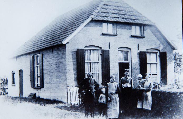 Christien van de Boom als peuter op de arm van haar pleegmoeder Anna Kleinhesselink. Verder nog opa en oma en een tweede pleegkind Bennie Jansen aan de hand van Gradus. De foto is in 1934 gemaakt.