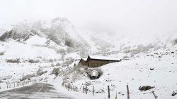 Skiseizoen is geopend: sneeuw valt met bakken uit de lucht in de Alpen