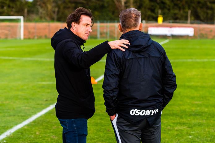 Technisch directeur Marc van Hintum tijdens het trainingskamp van Vitesse in Portugal in gesprek met coach Edward Sturing.