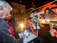 Stemmen op het Ridderplein in Gemert bij de speciale bus van Radio2
