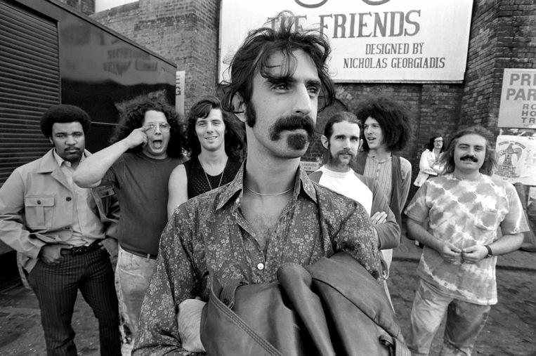 1970: Zappa met vlak daarachter The Mothers: George Duke, Ian Underwood, Jeff Simmons, Mark Volman, Howard Kalen en Aynsley Dunbar. Beeld Mirrorpix via Getty Images